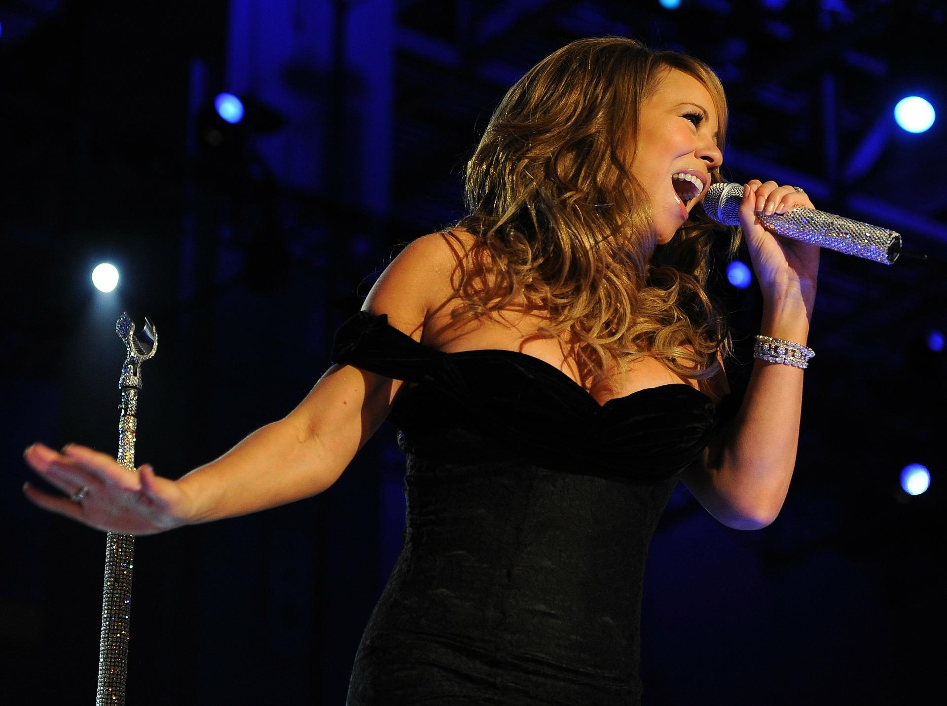 Mariah Carey sings live on stage